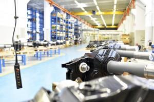 Innenaufnahme einer Industriehalle - fertige Getriebe im Maschin