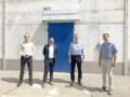 Leadec und precis Geschäftsführer vor dem Gebäude von precis