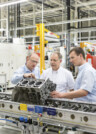 Leadec Werk Arnstadt Mitarbeiter analysieren Produkt in der Fertigung